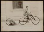 Fotografia di Lauro Bernardi con la bicicletta a motore