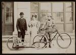 Fotografia di Enrico Bernardi con la figlia Pia e il figlio Lauro con la bicicletta a motore