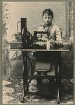 Fotografia di Pia Bernardi con la macchina da cucire a motore