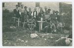 Partigiani davanti alla tomba di Sandro Godina