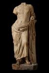 Statua - Figura stante in appoggio al pilastrino