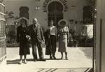 Giorgia Scattolin, Guido Cirilli, Egle Renata Trincanato e una compagna di viaggio non identificata davanti all'albergo Tripolitania