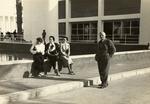 Egle Renata Trincanato, Giorgia Scattolin, Guido Cirilli e una compagna di viaggio non identificata davanti a un edificio con vasca d'acqua