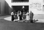 Egle Renata Trincanato, Giorgia Scattolin, una compagna di viaggio non identificata e Guido Cirilli con due ascari davanti a un edificio governativo