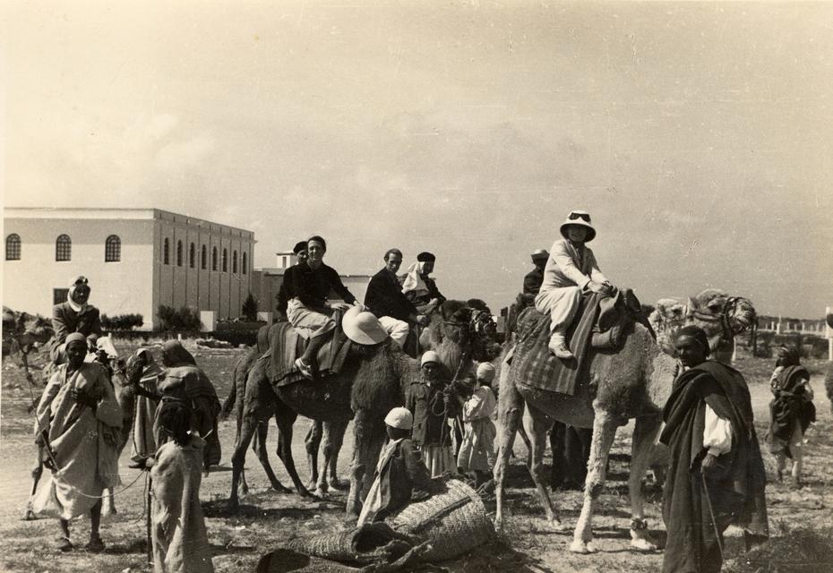 Alcuni partecipanti al viaggio di istruzione in Libia in partenza per una escursione, primavera 1937