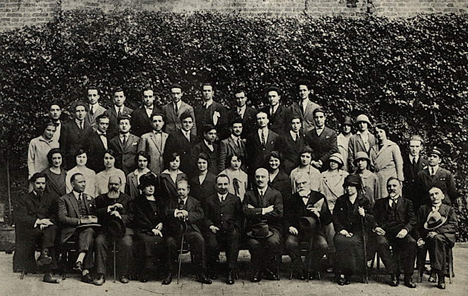 Gino Luzzatto, direttore della Regia Scuola Superiore di Commercio, in prima fila al centro nella foto di gruppo delle sezioni magistrali dell'anno 1924/25