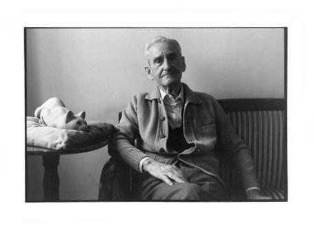 Ernesto Calzavara con il suo gatto. Foto: Pervinca Calzavara.