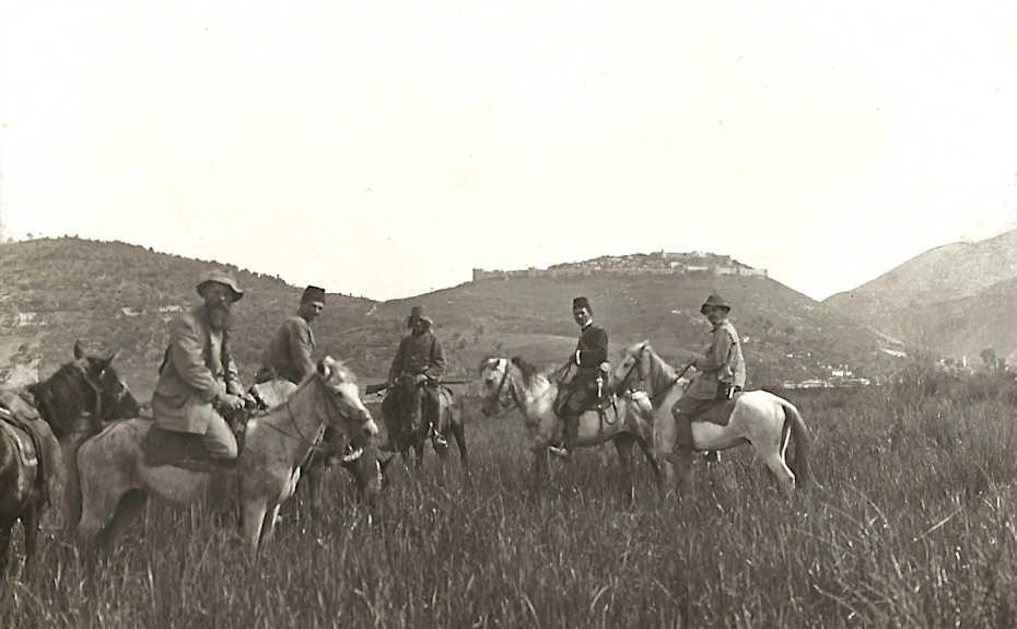 Immagine dalla 'Relazione della commissione per lo studio dell'Albania. Studi geologici', 1915: versante occidentale delle colline di Berat dalla pianura di Morava