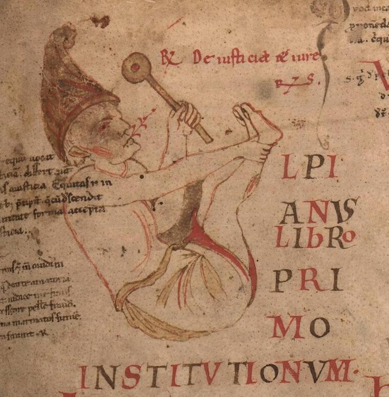 Capolettera del ms. 941, c. 3r. La U di Ulpianus, che apre il libro I, è resa attraverso la figura semivestita di un insipiens, con berretto frigio e sonaglio in mano, che canticchia.