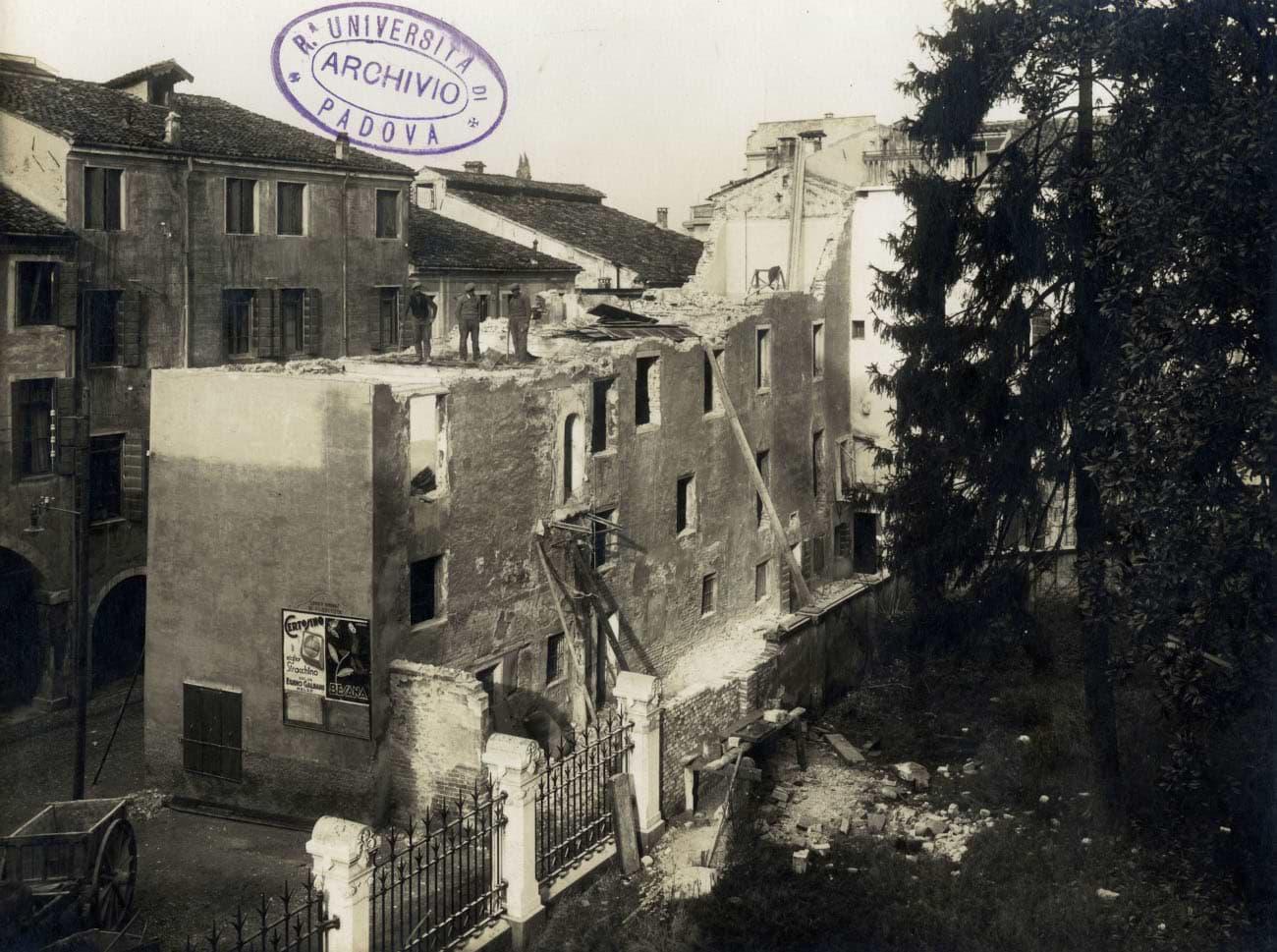 Giardino delle scuole Carraresi verso via dell'Accademia: Inizio delle demolizioni per far posto al nuovo palazzo della Facoltà di lettere, il Liviano.