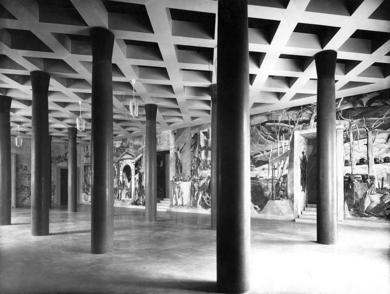 Palazzo Bo, Basilica. Progetto Gio Ponti. Sulle pareti il grande ciclo pittorico a fresco di Pino Casarini. A soffitto lampadari di Fontana.
